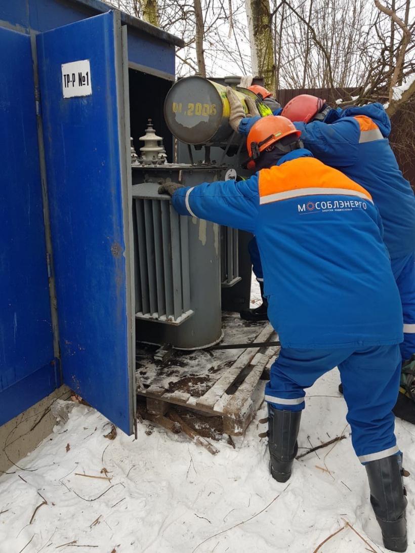 АО «Мособлэнерго» оперативно заменило вышедший из строя трансформатор в поселке Дубовая Роща